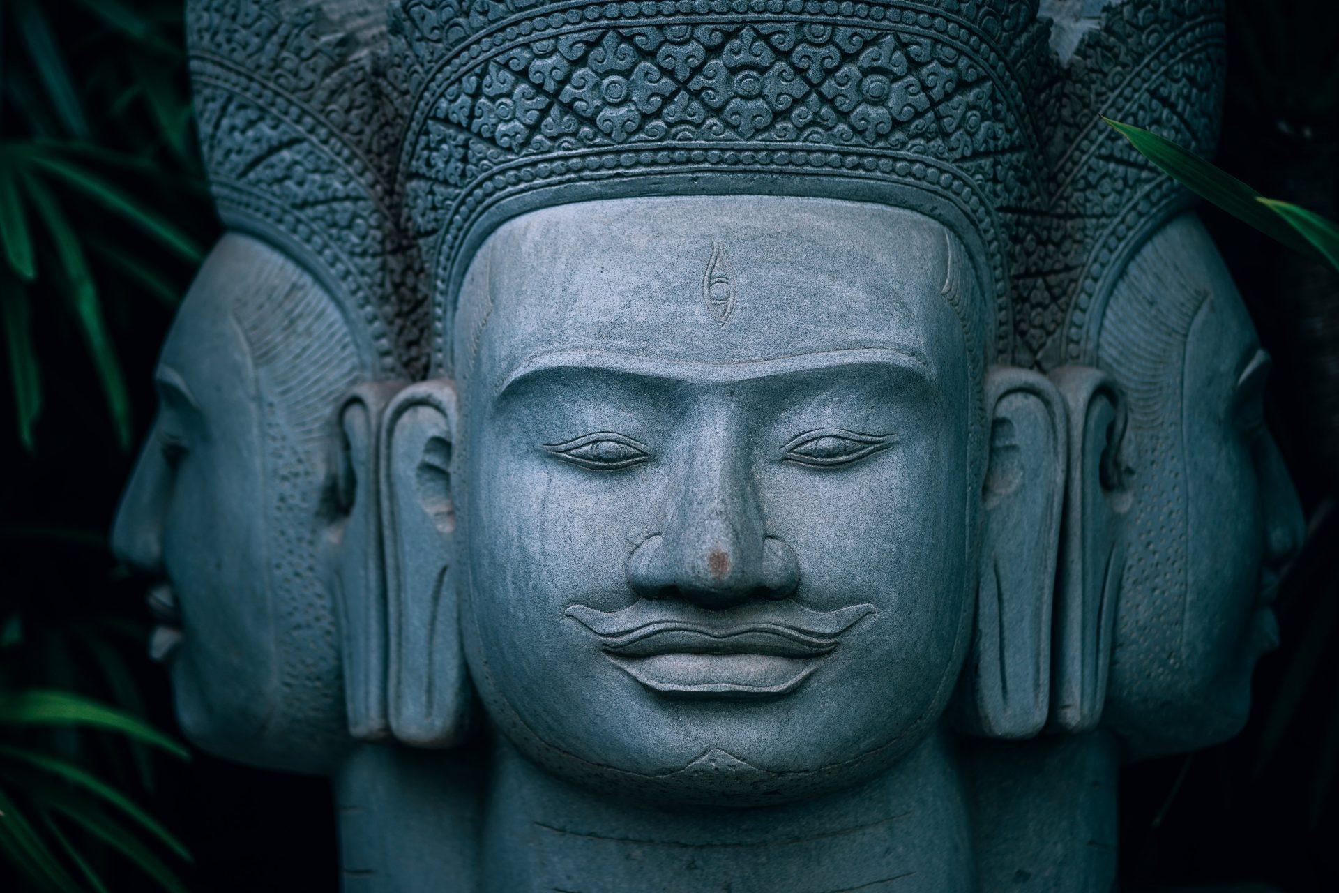Empedokles'in Dostları three headed buddha statue B9PG9NL 1920x1280